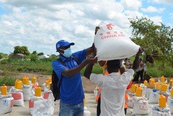 В текущем году в ООН планируют оказать гуманитарную помощь 160 миллионам человек. На фото: сотрудники ВПП.
