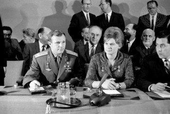 Os cosmonautas soviéticos Yuri Gagarin e Valentina Tereshkova durante sua visita à sede das Nações Unidas