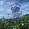 أعمدة الدخان تتصاعد من بركان لا سوفريير في سانت فنسنت وجزر غرينادين الذي بدأ بالثوران في 9 نيسان/أبريل.