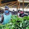 بائعون في أحد الأسواق في أنغولا يتبنون تدابير لوقاية أنفسهم من المرض خلال جائحة كوفيد-19.