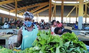Los comerciantes de este mercado de Luanda, la capital de Angola, han establecido una serie de medidas para protegerse durante la pandemia de COVID-19.
