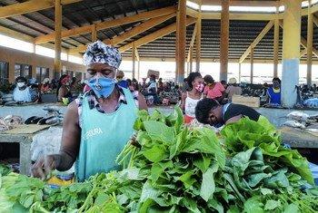 Рынок в Анголе, где действуют специальные правила по мерам предосторожности в целях защиты от COVID-19