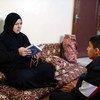 لاجئة سورية تعيش في الأردن، تقرأ القرآن مع ابنها في منزلهما بعمّان.