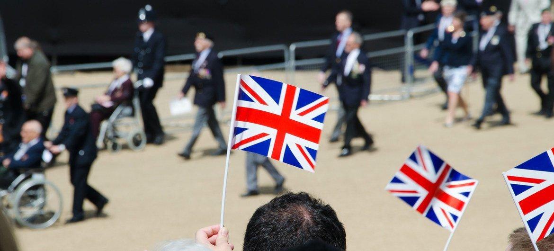 ब्रिटेन में, एक परेड में, रिटायर्ड सैनिक शिरकत करते हुए.