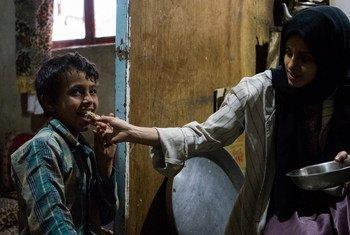 A adolescente Hanan (à direita) foi forçada a deixar a escola porque os pais não puderam mais pagar.