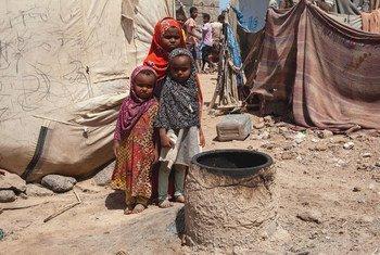 طفلات نازحات في المخا، اليمن.