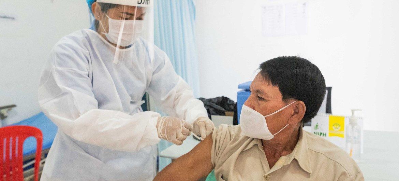 Début mars, des représentants de l'UNICEF et de l'OMS se sont rendus dans des hôpitaux de Phnom Penh, la capitale du Cambodge, pour suivre l'évolution de la vaccination par le COVAX contre le COVID-19.