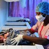 Une infirmière portant un masque et des gants pour se protéger contre le coronavirus dans un centre de santé dans la banlieue d'Abidjan, en Côte d'Ivoire.