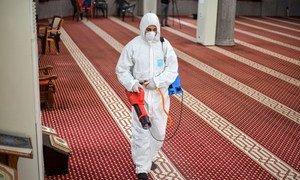 Una mezquita en Gaza es desinfectada para prevenir el coronavirus.