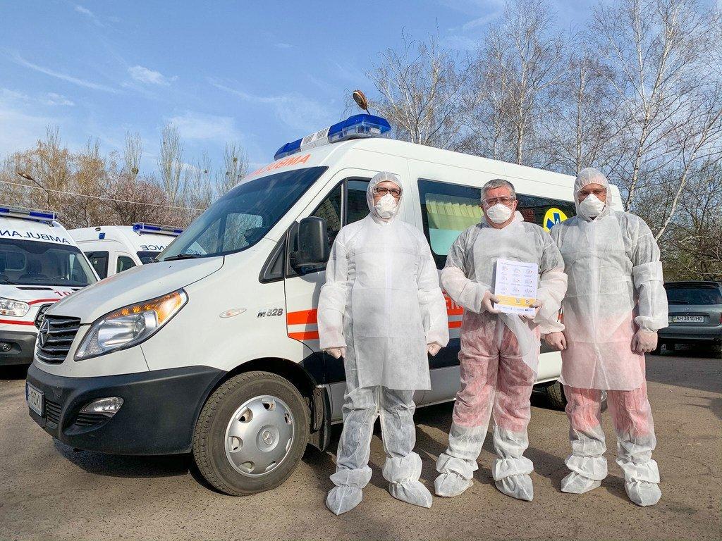 联合国开发计划署在乌克兰与社区团体合作,为医务人员提供防护面具和防护服,帮助抗击冠状病毒大流行。
