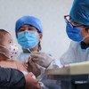 Un bebé de 6 meses recibe una vacuna en un centro de salud comunitario en Beijing, China.