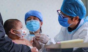 चीन के बीजिंग में छह महीने की एक बच्ची को टीका लगाया जा रहा है.