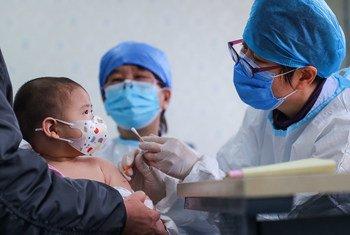 Un bébé âgé de six mois reçoit un vaccin dans un centre communautaire de santé à Beijing, en Chine.