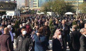 تقليص حرية التعبير بشكل متزايد في إقليم كردستان العراق. يتجمع الناس في مركز السليمانية، مدينة السليمانية، إقليم كردستان ، 2 ديسمبر 2020.