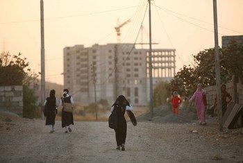 من الأرشيف: فتيات كرديات يتوجهن إلى المنزل بعد المدرسة في مدينة دهوك شمالي إقليم كردستان العراق.