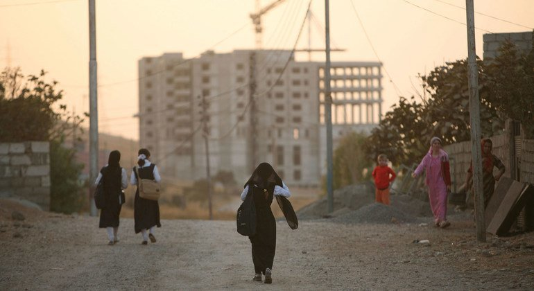 فتيات كرديات يعدن إلى المنزل من المدرسة في مدينة دهوك شمالي إقليم كردستان العراق.