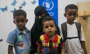 也门亚丁,一位母亲带着她的孩子在世界粮食计划署支持的诊所进行营养检查。