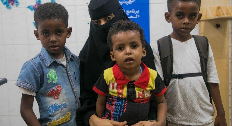 سيدة يمنية تحضر أطفالها للحصول على فحوصات التغذية في إحدى العيادات التي يدعمها برنامج الأغذية العالمي في عدن.