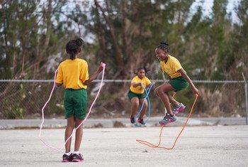 巴哈马阿巴科岛的儿童正在校园内玩耍。