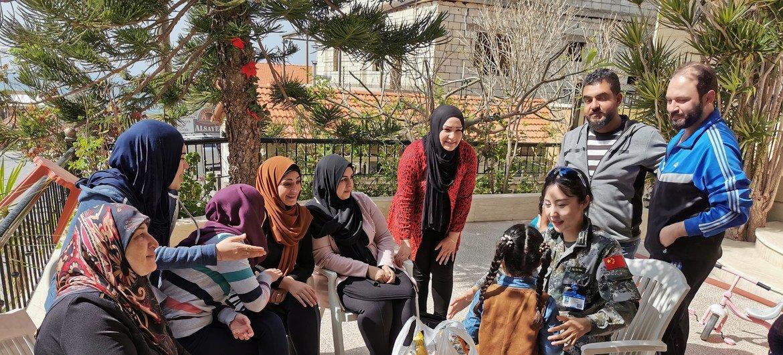 高级排雷参谋辛源为黎巴嫩当地妇女、女童普及地雷和战争遗留爆炸物的的知识