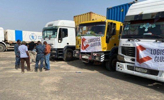 يتم تسليم المساعدات الإنسانية إلى منطقة تيغراي في إثيوبيا بواسطة قافلة مؤلفة من 50 شاحنة.