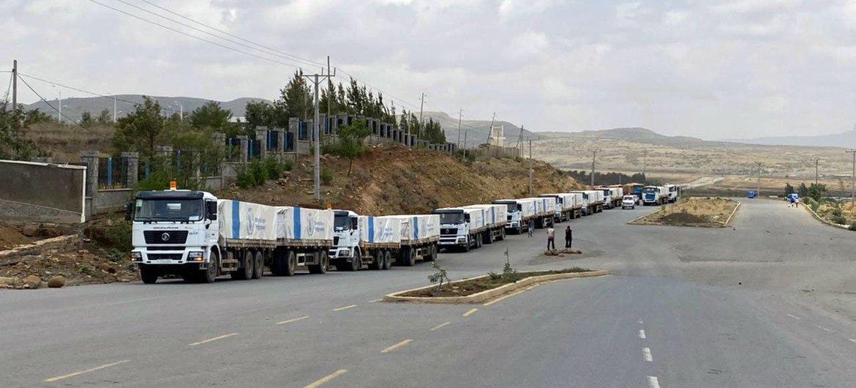 世界粮食计划署的这支由 50 辆卡车组成的车队正在前往埃塞俄比亚提格雷地区的途中,为当地人带去拯救生命的人道主义支持。