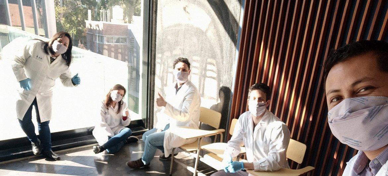 Jóvenes científicos becarios del proyecto de investigación que creó la mascarilla bactericida y antiviral en el Laboratorio de Polímeros y materiales compuestos de la facultad de Ciencias Exactas de la Universidad de Buenos Aires