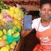 Une vendeuse de marché utilise l'application SafeBoda qui relie vendeurs aux clients pendant le confinement dû à la Covid-19 à Kampala, en Ouganda.