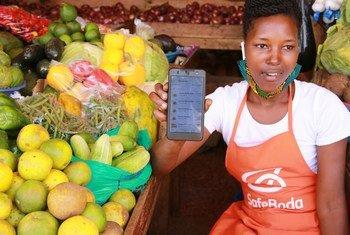 युगाण्डा की राजधानी कम्पाला में एक विक्रेता सेफ़बोडा ऐप का इस्तेमाल कर रही हैं जो उन्हें ख़रीदारों से जोड़ती है.