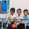 Des filles d'une école au Cambodge se lavent les mains avec de l'eau provenant d'une installation WASH mise en place par l'UNICEF