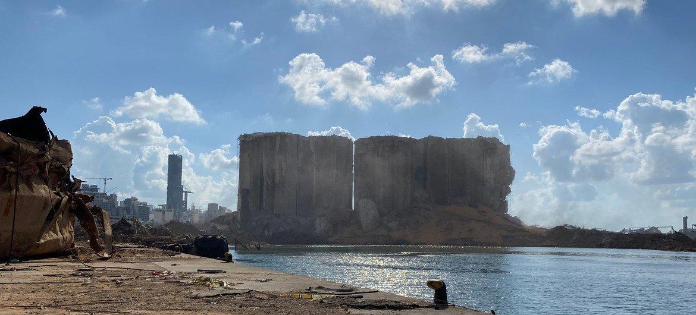بقايا صوامع الحبوب في مرفأ بيروت. حيث تدمرت الصوامع وتسبب ذلك في أزمة إمدادات غذائية حادة في لبنان.