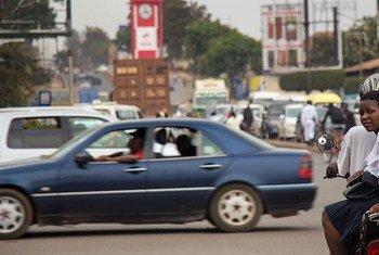 Kutoka Maktaba: Abiria akiwa kwenye usafiri wa pikipiki maarufu kama Boda Boda mjini Kampaka nchini Uganda