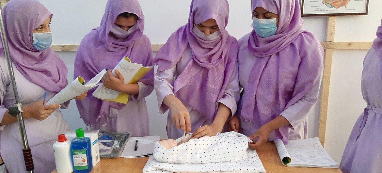 Estudiantes de obstetricia en la ciudad afgana de Kandahar aprendinedo las habilidades necesarias para salvar vidas.