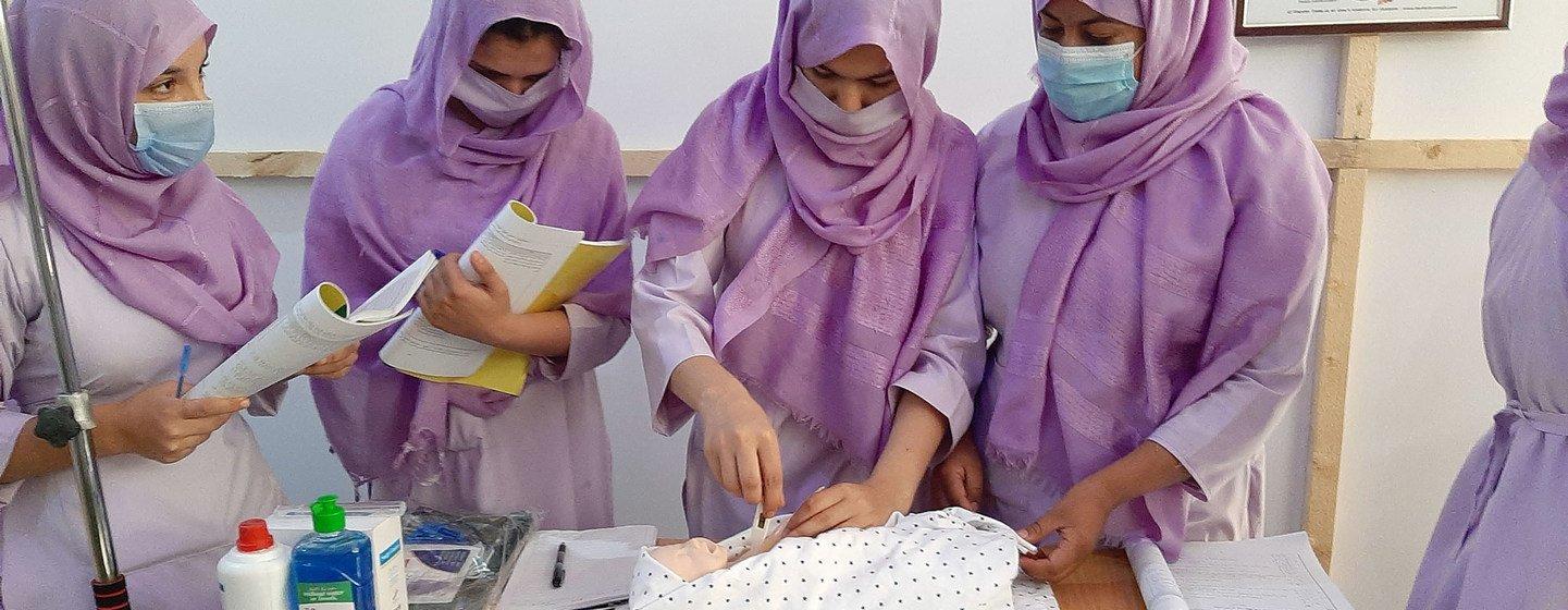 Des étudiantes sage-femmes à Kandahar, en Afghanistan, apprennent les techniques essentielles pour sauver des vies.