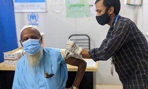 Un réfugié rohingya est vacciné contre la Covid-19 au Bangladesh. Les pays à faible revenu n'ont vacciné qu'environ 2 % de leur population.