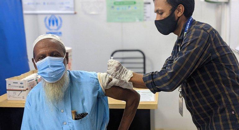 孟加拉国一名罗兴亚难民接种新冠疫苗。低收入国家只有大约2%的人口接种了疫苗。