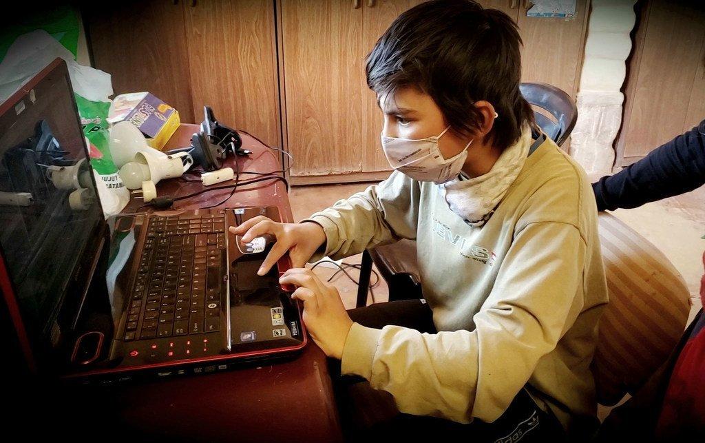 Un joven estudiante trabajando en un proyecto durante un taller de cine.