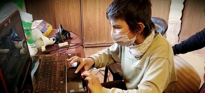 Jovem acompanha aula online durante a pandemia.