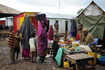 Mulheres e crianças em Kurtunwaarey, Somália