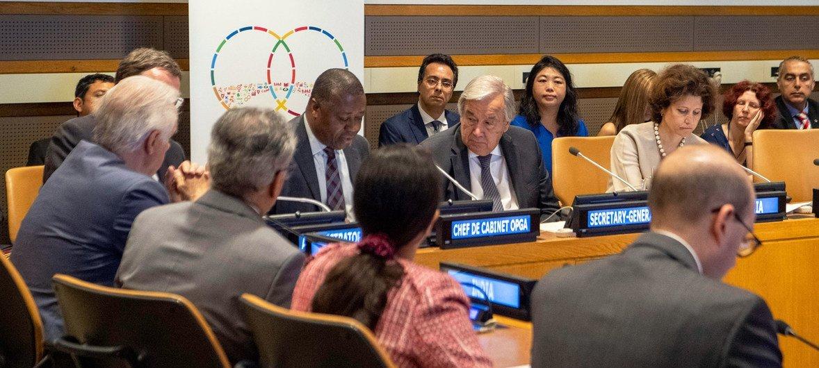Le Secrétaire général de l'ONU, António Guterres (au centre), avec d'autres participants d'une réunion sur la coopération Sud-Sud.