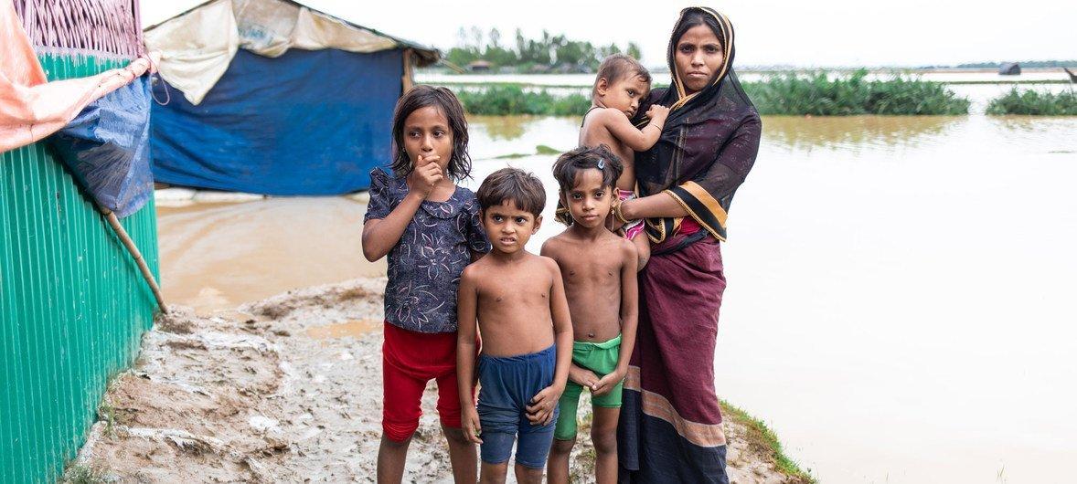 أثرت الرياح العاتية والأمطار الغزيرة على العديد من لاجئي الروهينجا في مخيم كوكس بازار في بنغلاديش.