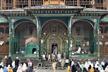 在查谟和克什米尔的最大城市斯利那加,每周五人们都会进行祈祷。