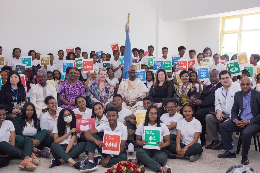 رئيس الجمعية العامة تيجاني محمد باندي، وإلى يمينه المتحدثة ريم أباظة، خلال لقائه مع طلاب يسعون من أجل  تحقيق أهداف التنمية المستدامة، في أديس أبابا بإثيوبيا .