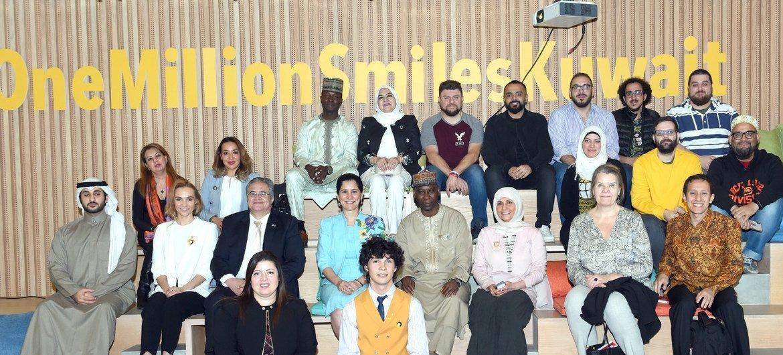 خلال زيارته إلى الكويت، رئيس الجمعية العامة للدورة الرابعة والسبعين، تيجاني محمد باندي، يجلس في وسط المقعد الثاني، والمتحدثة ريم أباظة إلى اليسار في المقعد الأول.