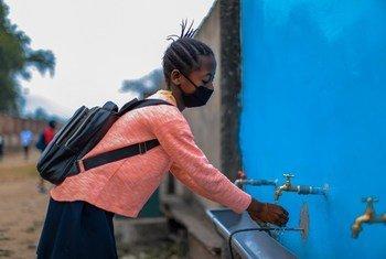 Katika shule ya msingi ya Tobongisa jijini Kinshasa nchini DRC, mwanafunzi ananawa mikono kabla ya kuingia darasani baada ya shule kufunguliwa mwezi Agosti mwaka huu ili wanafunzi wa wanaohitimu elimu ya msingi na sekondari waweze kufanya mitihani yao.