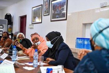 Naibu Katibu Mkuu wa Umoja wa Mataifa Amina Mohammed ( Aliyevaa kilemba cha blu bahari) amekutana na viongozi wanawake mjini Mogadishu, Somalia