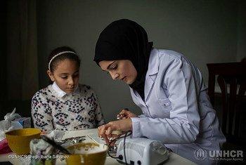 سدرة طالب، لاجئة سورية تبلغ من العمر 21 عاما من حلب، تمارس طب الأسنان مع أختها الصغيرة إسراء.