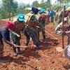 El personal de mantenimiento de la paz celebra el Día Internacional de la Paz en una aldea de Kivu del Sur, en la República Democrática del Congo.