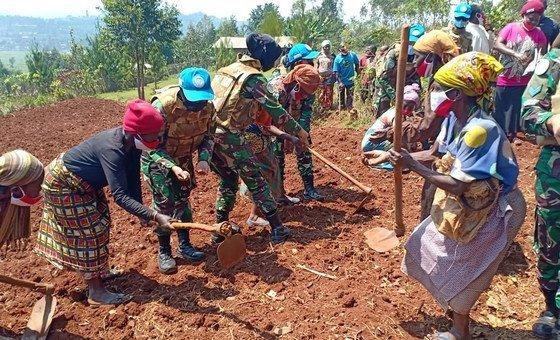 Женщины-миротворцы отмечают Международный день мира в деревне в Южном Киву, Демократическая Республика Конго.
