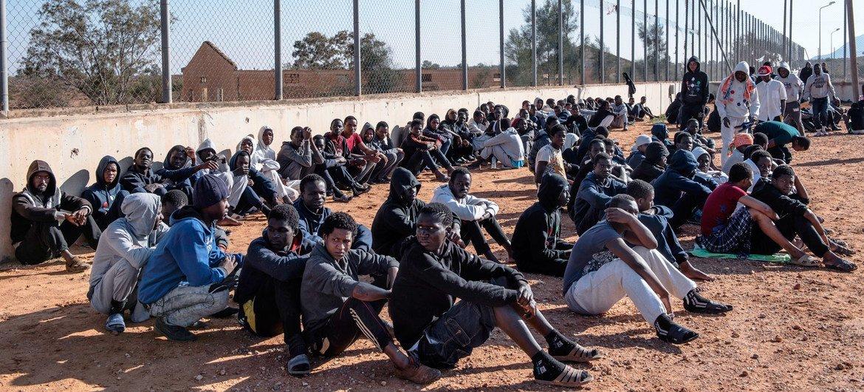 مهاجرون داخل أحد مراكز الاحتجاز في ليبيا.
